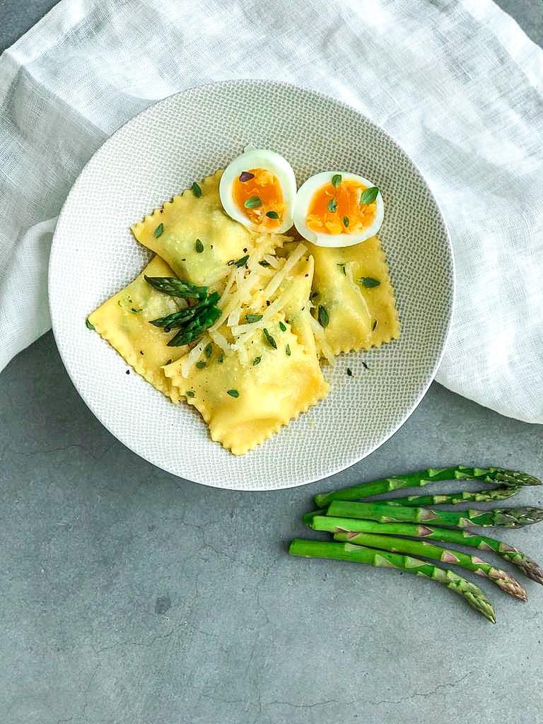 Zelfgemaakte ravioli met asperges en ei