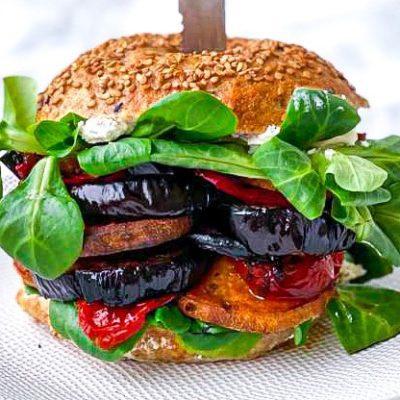 Veggie bagel burger