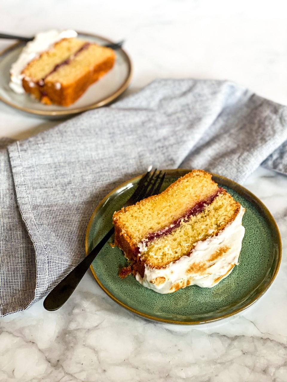 Cake met jam en meringue