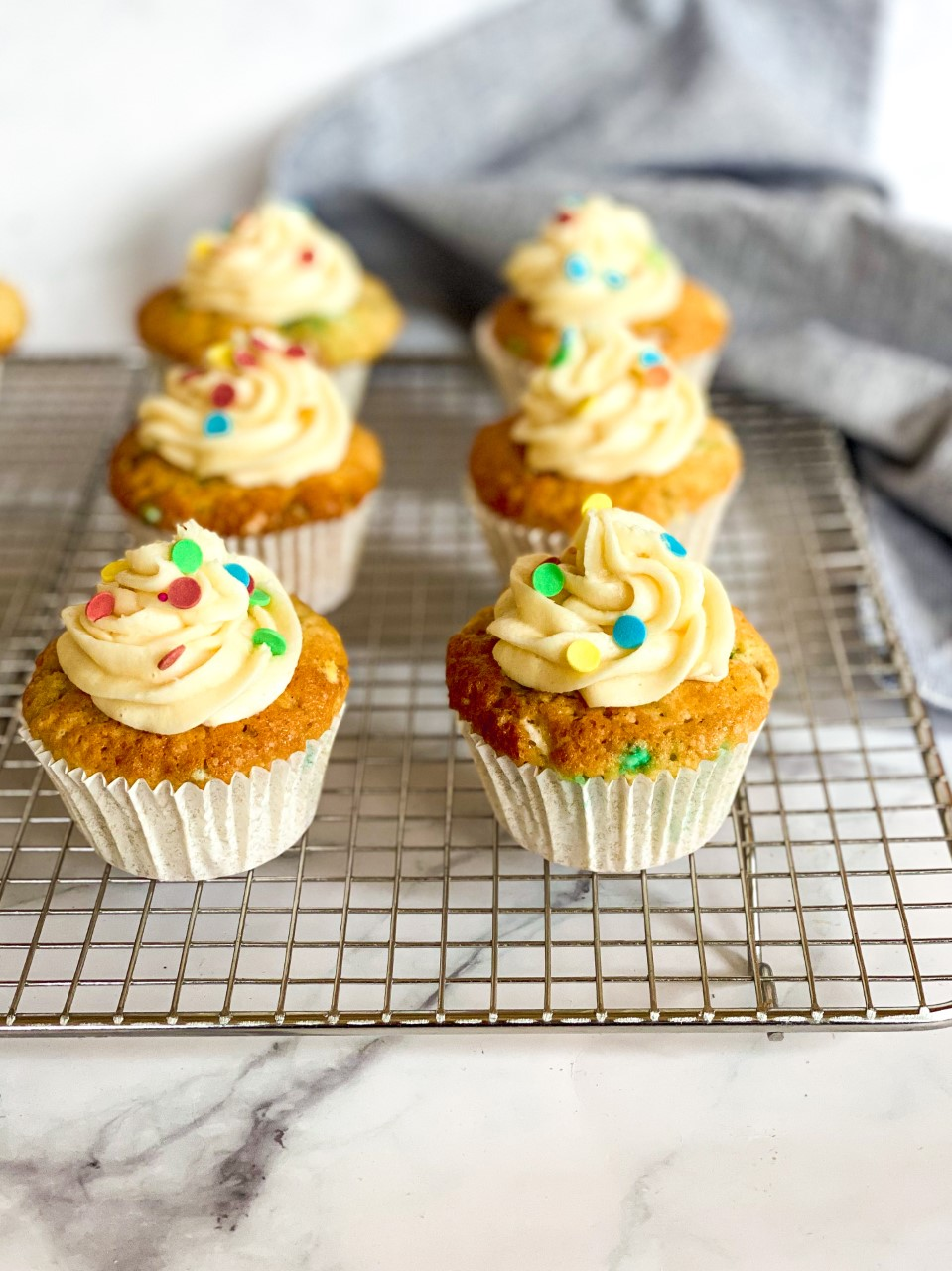 Confetti muffins met frosting