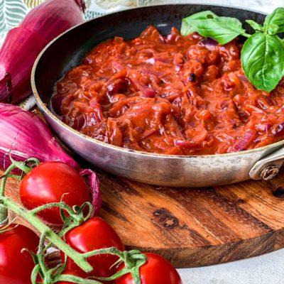 Uien tomaten sausje