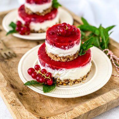 Ontbijttaartje met rode bessen en aardbeien