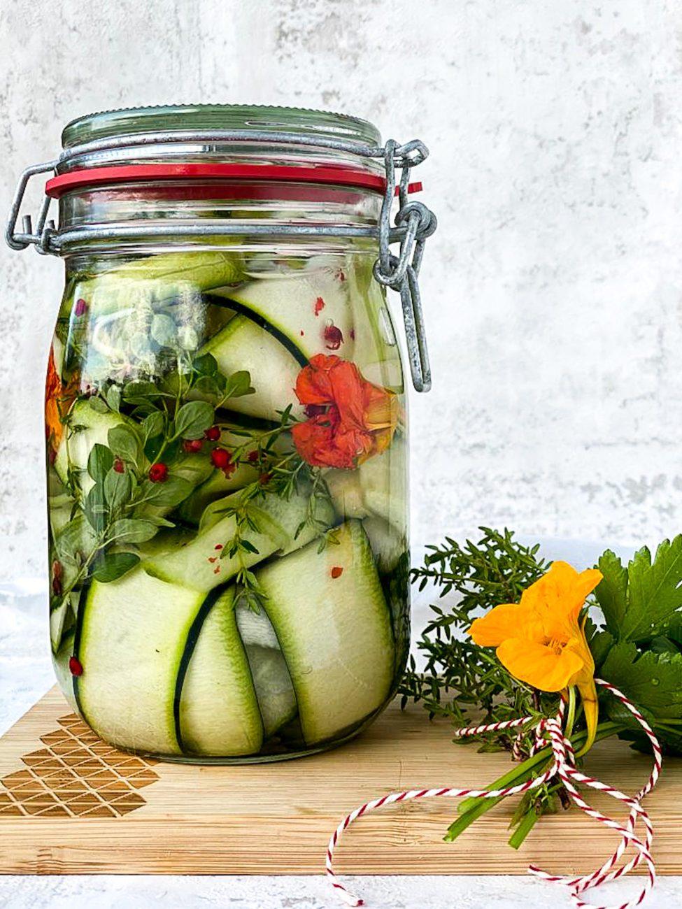 Courgette en komkommer in het zuur