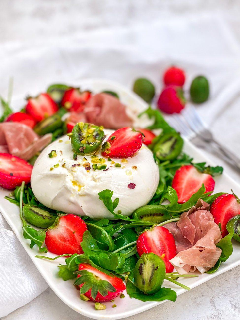 Burrata salade met aardbei en kiwibes
